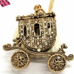 Jewelry - NWT•Betsey Bronzed antique carriage statement neck